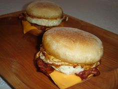 Muffin, Food Dishes, Hamburger, Bacon, Food And Drink, Chicken, Ethnic Recipes, Muffins, Hamburgers