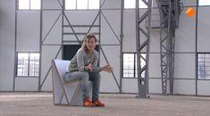 In deze speciale aflevering uit de serie 'Het Klokhuis zoekt ontwerpers!' komt het ontwerpen van de stoel aan de orde. Dirk van der Kooij maakt stoelen van oude koelkasten.