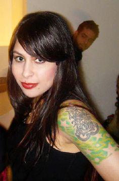 Priscilla Novaes Leone (Salvador, 7 de Outubro de 1977), mais conhecida pelo nome artístico Pitty é uma cantora brasileira de rock. Já passou por duas bandas antigas, Inkoma e Shes, e em 2003, com nova banda (Pitty), a cantora adotou definitivamente seu nome artístico. Vendeu mais de cinco milhões de cópias na carreira, sendo uma das bandas de rock que mais venderam nos anos 2000. eleita a cantora de rock mais sexy da América Latina e no Brasil, e ainda a 35º vocalista de rock mais sexy do…