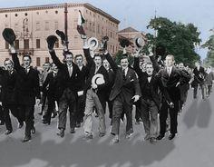 Berlin 1914, Hugo Ball junto a un grupo de jóvenes recién alistados para ir a la guerra. En 1914, Ball tenia 28 años, se intentó alistar para ir a la guerra, pero fue rechazado a causa de su precaria salud. En noviembre de 1914 pasó 15 días visitando a un amigo herido en el frente de Lorena (actualmente Francia) en la frontera de Renania (Ball nació en Pirmasens en Renania-Palatinado), tuvo suficiente para ver el horror de la Guerra, publicó sus experiencias en el periódico de Pirmasens y a…