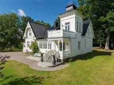 Och det är inte svårt att förstå varför så många blir nyfikna på huset som är byggt år 1890, och därmed är Öjabys näst äldsta hus.