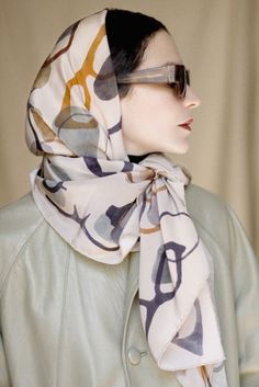 Latest Silk Scarf Ideas Trends for Women In 2018 - Fashionuki Head Scarf Styles, Turbans, Turban Style, Scarf Design, How To Wear Scarves, Scarf Hairstyles, Mode Inspiration, Silk Scarves, Hijab Fashion