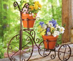 Você já deve ter visto essas mini bicicletas de ferro em decoração de festas. Mas, você também pode usar elas no seu jardim, fica um charme! Invista em flores bem coloridas para fazer contraste com o material da bicicleta.