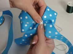 step by step how to make hair bows. this is SO easy! Would make great Minnie Mouse Bows. Making Hair Bows, Diy Hair Bows, Diy Bow, Bow Making, Ribbon Crafts, Ribbon Bows, Ribbons, How To Make Hair, How To Make Bows