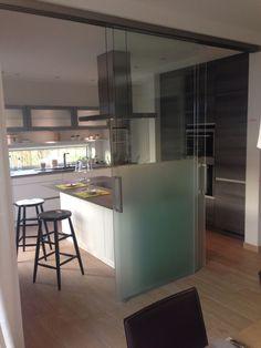 Offene Küche mit Glasschiebetüren