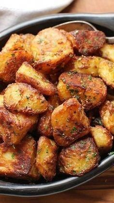 The Best Roast Potatoes Ever Recipe This recipe will deliver the greatest roast potatoes you've ever tasted: incredibly crisp and crunchy on the outside, with centers that are creamy and packed with potato flavor. Air Frier Recipes, Air Fryer Oven Recipes, Air Fryer Dinner Recipes, Crispy Roast Potatoes, Great Roasts, Sauce Pizza, Crockpot, Cooking Recipes, Healthy Recipes