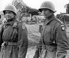 De gauche à droite les généraux Matthew B. Ridgway  et James M. Gavin à l'automne 1944. Gavin fut promu général peu avant le Jour J,  il occupera le poste de commandant adjoint de la division. Matthew Ridgway porte l'insigne du XVIIIe corps aéroporté américain.