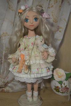 Чуть больше года назад я увлеклась созданием кукол. На просторах интернета я нашла работы мастеров Лены Негороженко и Наташи Подкидышевой! Я влюбилась в их кукляшки! И мне хотелось попробовать шить «как у них»! Ночами сидела искала информацию, но ее было не очень много. За год перепробовала множесто всего, сейчас я могу поделиться с начинающими тем, что я умею.
