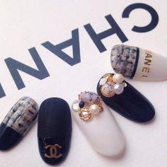 人気のシャネルネイルデザイン集☆シールを使った簡単セルフネイルも♪の3枚目の写真   マシマロ Chanel Nails Design, Chanel Nail Art, Channel Nails, Aloha Nails, Asian Nails, Gucci Nails, Self Nail, Soft Nails, Glamour Nails
