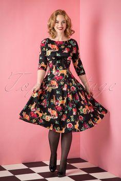 Deze50s Hermeline Floral Swing Dress is te mooi voor woorden!  Once upon a time... Wanneer je dit schatje aantrekt waan je je in een sprookje! Het aansluitende lijfje heeft een ronde halslijn, elegante V rug, speelse zwarte fluwelen bies met een schattige vaste strik en 1/2 mouwtjes. Uitgevoerd in een soepel, zwart stofje met een lichte stretch en een prachtige print van bloemetjes, hertjes, konijntjes, vosjes en eekhoorntjes... *zucht*, cuteness overload! En onthoud; don't eat the app...
