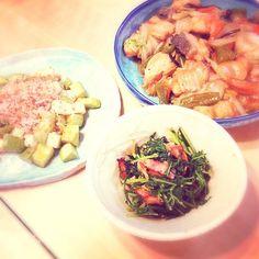 昨日の晩ご飯。 - 6件のもぐもぐ - 鮭と野菜炒め、水菜のサラダ、アボカドクリームチーズ by asameiku