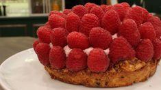 Raspberry Crunch er en lækker dansk opskrift af Ole Kristoffersen -Lagkagehuset fra FRIs Bageri, se flere dessert og kage på mad.tv2.dk