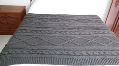lindíssima manta de lã toda feita com a trama do tricô Irlandês.  Cor grafite  Produto feito a mão com lã de qualidade,  Pode ser feito nos tamanhos, casal, queen, king.  Pode ser usada no sofá.