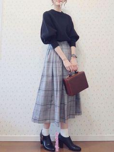 - Autumn Girly Simple Retro Natural Clean hand-painted brown handbag Box type x Black pullover High ne - Ulzzang Fashion, Harajuku Fashion, Hijab Fashion, Fashion Outfits, Fashion Tips, 70s Fashion, Modest Fashion, Girl Fashion, Vintage Fashion