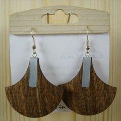 Cercei din lemn în formă de evantai cu bandă metalică. Produs finisat 100% cu uleiuri naturale.