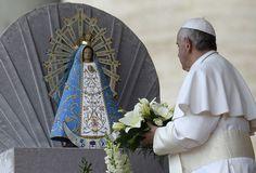 8.5.13. El papa Francisco le ofrece un bouquet floral a la Virgen de Luján a su llegada a la audiencia general en la Plaza de San Pedro en el Vaticano. Foto: AFP