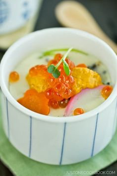 Japanese steamed egg custard served in a cup, ingredients include chicken, ginkgo nut, fish cake, shimeji and shiitake mushrooms. Egg Recipes, Salmon Recipes, Asian Recipes, Cooking Recipes, Seafood Recipes, Dinner Recipes, Japanese Egg, Japanese Dishes, Japanese Cuisine