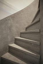 Wil je de trap een trendy betonlook geven? lees hier de tips hoe je dit doet.