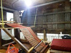Menenun batik khas toraja