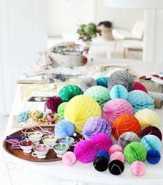 色とりどりのポンポンを飾って、華やか&カラフルな食卓を演出。