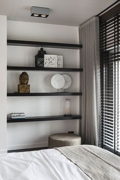 "Elegant room with wooden blinds from Zonnelux, combined with curtains. The dark shelves contrast well with the white wall. Photo: Denise Keus – ""Lifestyle"" – © Sanoma Regional Belgium N. Farmhouse Master Bedroom, Home Bedroom, Bedroom Decor, Bedroom Blinds, Bedroom Ideas, Bedroom Inspo, Bedrooms, Home And Living, Living Room"