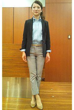 紺チェックシャツ+グレーパンツのレディースビジネスカジュアル | 花子