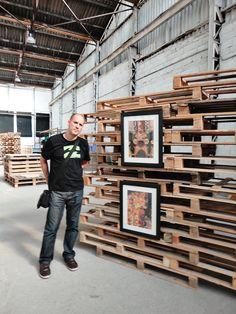 Exposición organizada por Donibane para Artshow Collective con material reciclado. Donibane posa junto con algunas de sus obras. #donibane #exhibition #art #artshow collective #bilbao