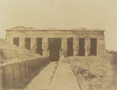 1849-1850 - Denderah : façade du grand temple de Tentyris. Photographe : Maxime Du Camp