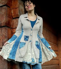 Jeans y suéter reciclan capa de la chaqueta. Hecho de jeans reciclados y suéteres. Estilo del boho hippie. Necesita la parte superior debajo de la chaqueta. Perfecto para pantalones. Forma acentúa la línea corporal. Diseño único. Uno de los tipos. Tamaño: M (38 Europea) Máximo de la línea