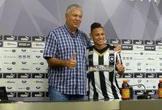 BotafogoDePrimeira: Sob os olhares de Carleto, Neilton é apresentado e...