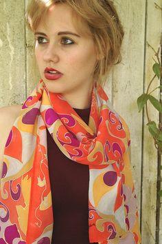 """Sciarpa in seta dipinta a mano. Sciarpa di seta rossa. Ornato pavone rosso con rosso arancione lilla. Consegna gratuita internazionale. Lunga 70 x 18 """""""