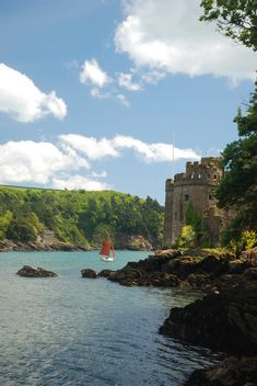 PLACES: Dartmouth Castle in Devon is one of the most beautifully located fortresses in England. Devon Uk, Devon England, Devon And Cornwall, South Devon, The Places Youll Go, Places To See, Dartmouth Castle, English Castles, Famous Castles