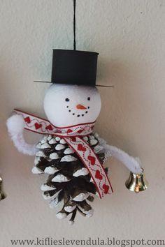 Kifli és levendula: Hóemberek fenyőtobozból