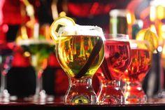 El exceso en el consumo de alcohol puede aumentar la presión arterial en los hombres jóvenes.