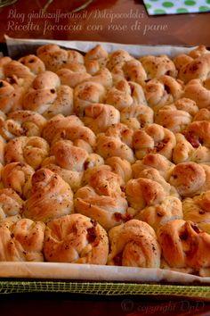Ricetta focaccia con rose di pane al bacon, formata da 50 roselline disposte una vicino all'altra, sistemate in una teglia da forno. Una volta lievitate si uniscono formando una bellissima focaccia d'effetto. Il suo aspetto la rende molto originale e richiestissima in feste, finger food, buffet, ap