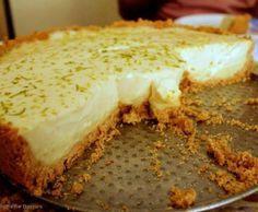 Torta fácil de limão Ingredientes  1 pacote de biscoito de maizena (piraquê) 3 limões 2 colheres de sopa de margarina 1 lata de leite condensado