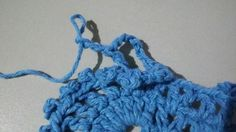TAPETE RETANGULAR RENDADO EM CROCHÊ COM PASSO A PASSO Merino Wool Blanket, Diy And Crafts, Crochet Necklace, Base, Crochet Rug Patterns, Totes, Needlepoint, Blue Prints, Crochet Collar