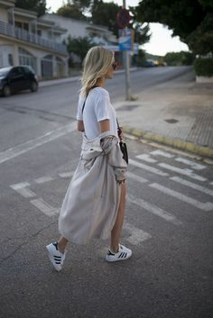 Sneakers outfit - Adidas Superstar, white shirt and trench