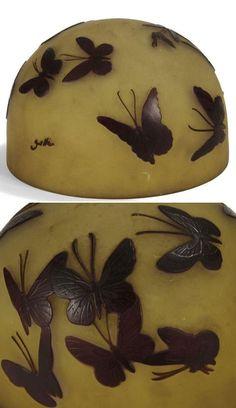 Émile GALLÉ (1846-1904) - Abat-jour hémisphérique. Épreuve de tirage industriel en verre multicouche dégagé à l'acide au décor prune, de papillons, sur fond jaune opalescent. Signé GALLÉ en réserve, gravé en camée à l'acide. Hauteur: 12 cm. Diamètre: 17,5 cm
