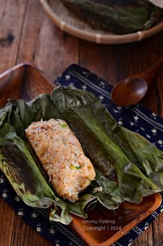 Indonesian cuisine Simply Cooking and Baking. Grilled chicken rice and anchovy in banana leaves Tamales, Chicken And Beef Recipe, Chicken Rice, Grilled Chicken, Nasi Bakar, Mie Goreng, Malay Food, Asian Kitchen, Indonesian Cuisine