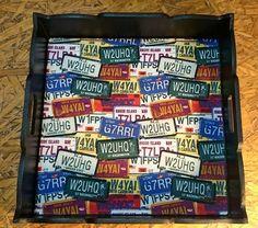 Bandeja decorativa quadrada grande em MDF, revestida em tecido revestida em tecido 100% algodão, impermeabilizado, estampa placas , acabamento em verniz fosco. Altura: 7.00 cm Largura: 34.50 cm Comprimento: 34.50 cm