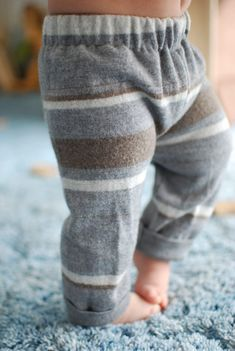 DIY Upcycled Baby Pants Made from an Old Sweater! (Machine or Hand) Want to make your baby adorable pants by upcycling a sweater? Grab this easy DIY tutorial for sewing your babies clothes and saving money at the same time. Who doesn't love free clothing? Free Clothes, Diy Clothes, Babies Clothes, Sewing Baby Clothes, Babies Stuff, Sewing For Kids, Diy For Kids, Baby Boy Outfits, Kids Outfits