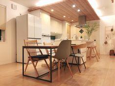 下がり天井が空間を仕切るキッチン。_____mariagramさんのキッチンを探索!【一条工務店 スマートキッチン(ワイドカウンター)】 | ムクリ[mukuri] Home Interior Design, Interior Styling, Modern Japanese Interior, Dining Table, Kitchen Dining, Home And Deco, Interior Lighting, Home Renovation, Home Kitchens