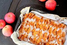 """Nu ska du få receptet på den godaste äppelkakan i mannaminne. Herreminjeee, jag har smakat och familjen är lyriska. Denna äppelakaka i långpanna är verkligen såå saftig och mumsig alltså. Du måste testa, busenkel att baka dessutom. Den kan bakas i en """"fullsize"""" bakplåt men jag valde att gö"""