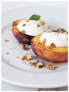 Grilled peaches http://sweetheartsweets.blogspot.com/2014/07/pecene-breskve-s-grckim-jogurtom-baked.html