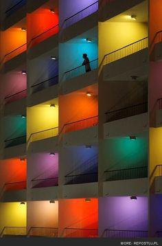 Balconi e terrazze: Colori e luci sul balcone. Seguici su