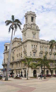 """Edificio conocido por """"La Manzana de Gomes"""" (The Gomes's apple) ubicado directamente frente al Parque Central en La Habana, Cuba"""