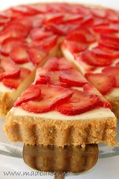 Looks to good to eat. Her photography is amazing Strawberry Cakes, Strawberry Recipes, Strawberry Cheesecake, Just Desserts, Delicious Desserts, Yummy Food, Sweet Recipes, Cake Recipes, Sweet Pie