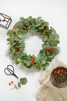 Great Photographs Eucalyptus Wreath christmas Style This kind of DIY eucalyptus wreath is an ideal basic wreath for the time and also décor fashion and Diy Christmas Garland, Scandi Christmas, Holiday Wreaths, Simple Christmas, Christmas Tree Decorations, Christmas Crafts, Holiday Decor, Eucalyptus Centerpiece, Eucalyptus Wreath