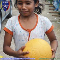 Uni Papua adalah Komunitas sepakbola sosial yang melakukan pembinaan karakter kepada anak-anak sejak usia dini, menanamkan nilai2 kehidupan melalui sepakbola  Mari bersama kami melakukan kepedulian dalam membina anak-anak,  https://kitabisa.com/sepakbolaperdamaian  -AH-